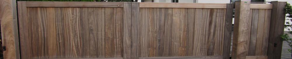 Dichte houten poort van zeer duurzaam hout
