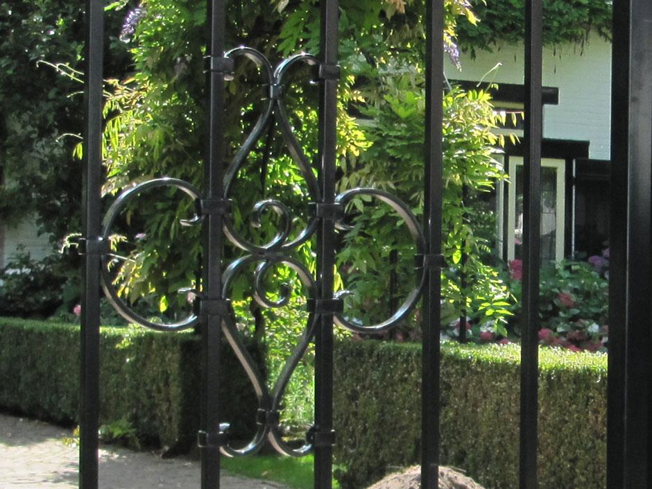 De ijzeren poorten en ijzeren hekken van Farm Poorten worden ambachtelijk en vakkundig gemaakt van massief ijzer.