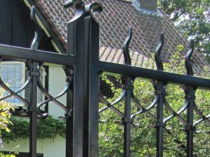 IJzeren hekken en poorten worden door Farm Poorten op maat gemaakt. Ambachtelijk vakmanschap van massief ijzer. Zeer lange levensduur. Zeer duurzame laklaag.