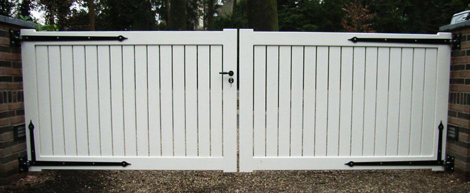 Wit houten hek. Strakke vorm.