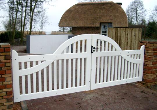 Landelijke witte houten poort.