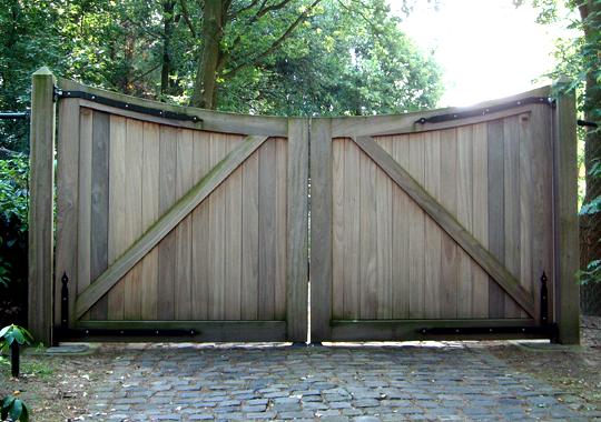 Gesloten grote houten poort.