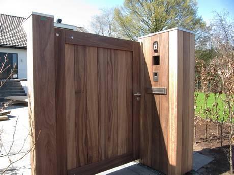 Houten, dichte looppoort met zuilen van hout - Farm Poorten. Looppoort met zware houten zuilen voorzien van brievenbus en videofoonsysteem.
