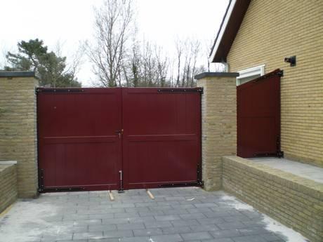 Houten hek - Dicht inrijhek met toegangshek / looppoort - rood - Farm Poorten