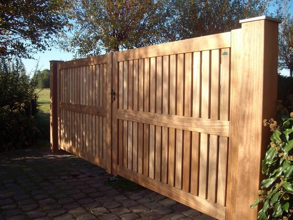 Grote houten poort, inrijpoort. Duurzaam hout. Houten poort - Dichte inrijpoort / Hardhouten poort - Farm Poorten