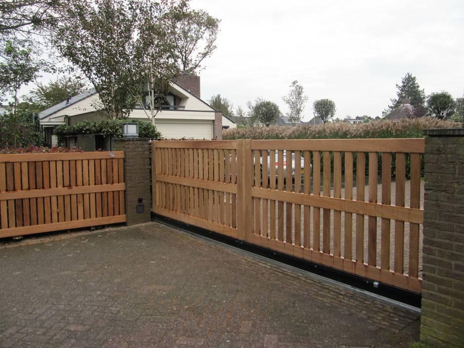 Houten poort - Open schuifpoort met houten hekwerk en schuifhekopener - Farm Poorten