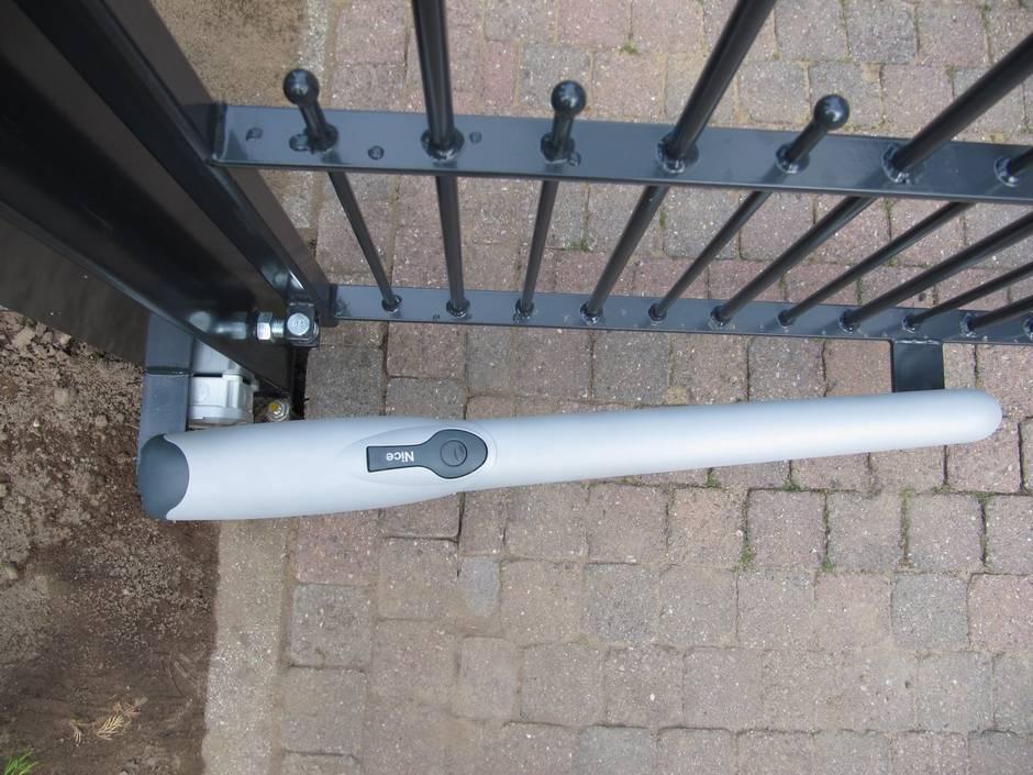 Elektrische ijzeren poort, voorzien van lineaire poortopener.