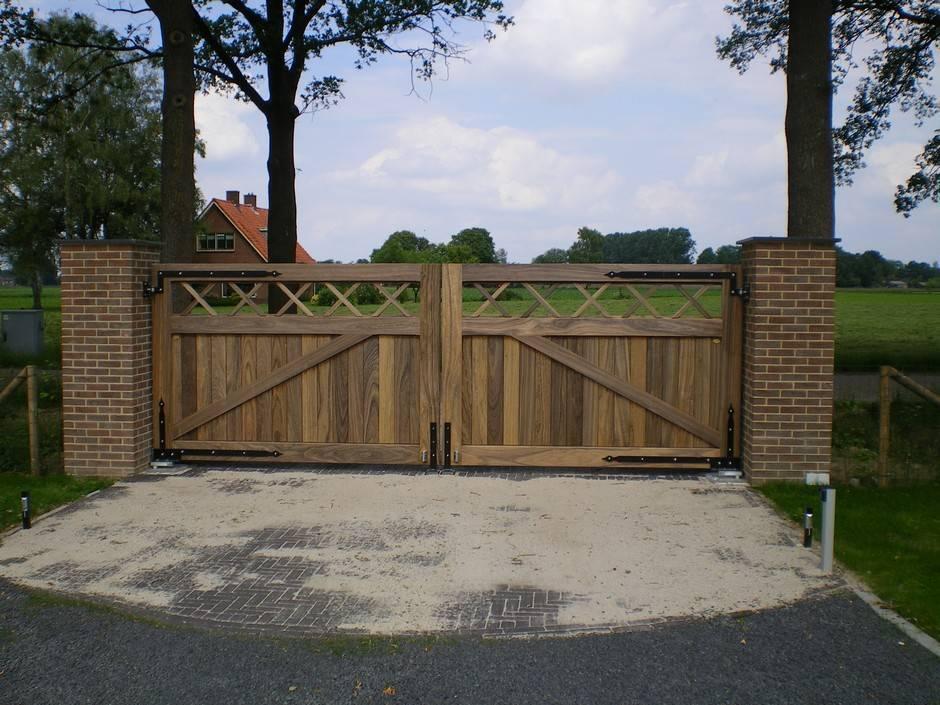 Dichte, houten inrijpoort - Hardhouten inrijpoorten met ondergrondse poortopener - Farm Poorten
