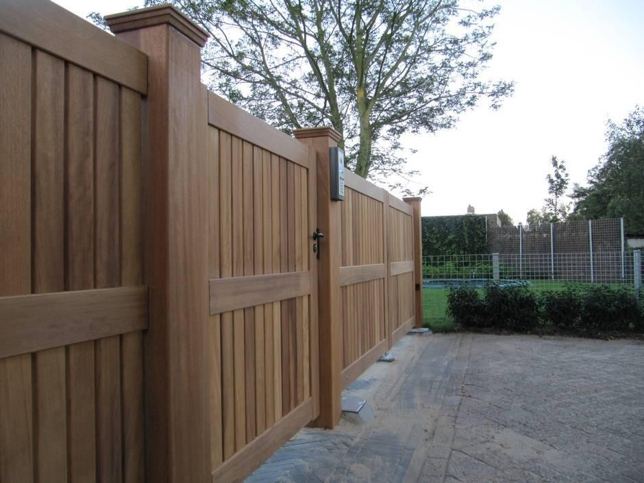Grote dichte houten poort. Automatische poort met ondergrondse poortopener. zeer duurzaam hout.