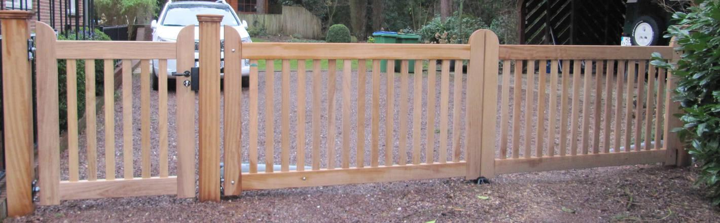 Open, houten hek met looppoort - Farm Poorten