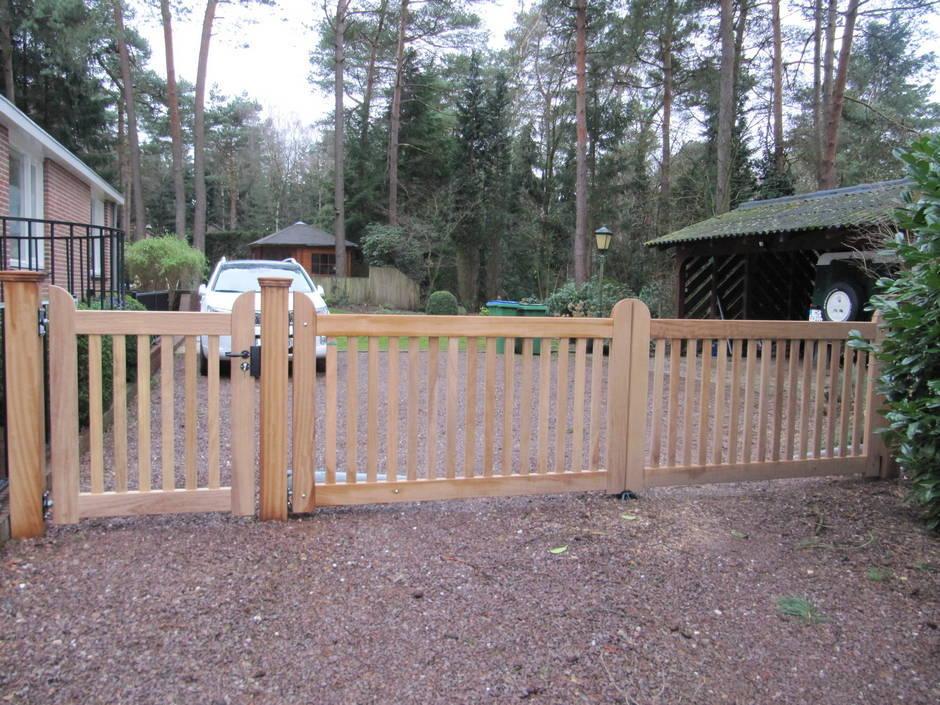 Dubbel houten hek. Toegangshek met loophek. Op maat gemaakt van zeer duurzaam hout. Dubbel houten hek met lineaire hekopener - toegangshek met loophek - Farm Poorten.