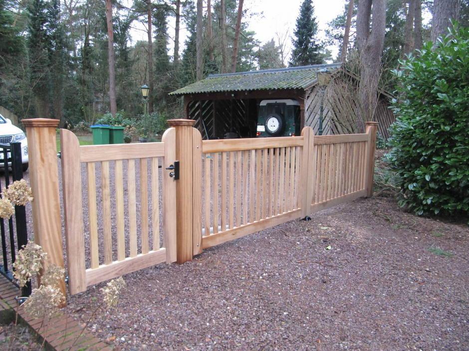 Dubbel houten hek met lineaire hekopener - toegangshek met loophek - Farm Poorten