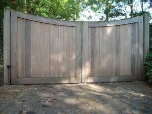 Dicht houten hek - Boog - hardhouten hek met ondergrondse hekopener - Farm Poorten