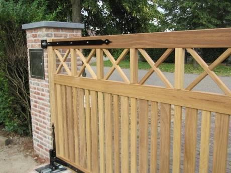 Toegangshek, strak design. Zeer duurzaam hout en smeedijzeren beslag. Dicht houten toegangshek met ondergrondse hekopener - Farm Poorten