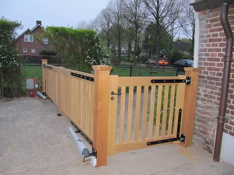 Toegangshek met loophek - dubbel houten hek met lineaire hekopener - Farm Poorten