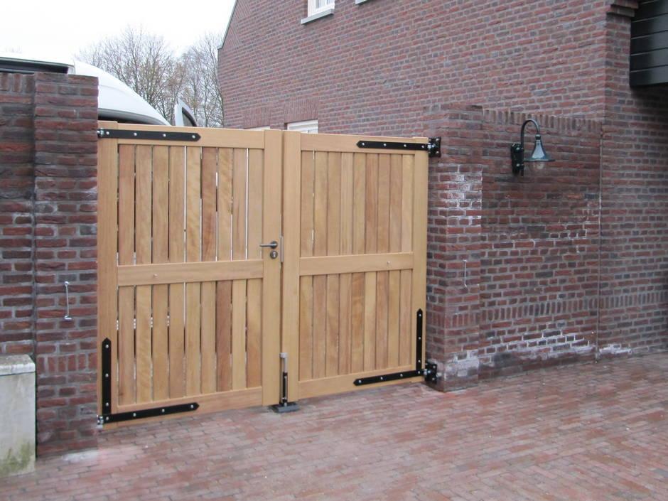 Strak houten hek van zeer duurzaam Iroko hout.