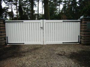 Houten hek - dicht inrijhek / toegangshek (wit) - Farm Poorten