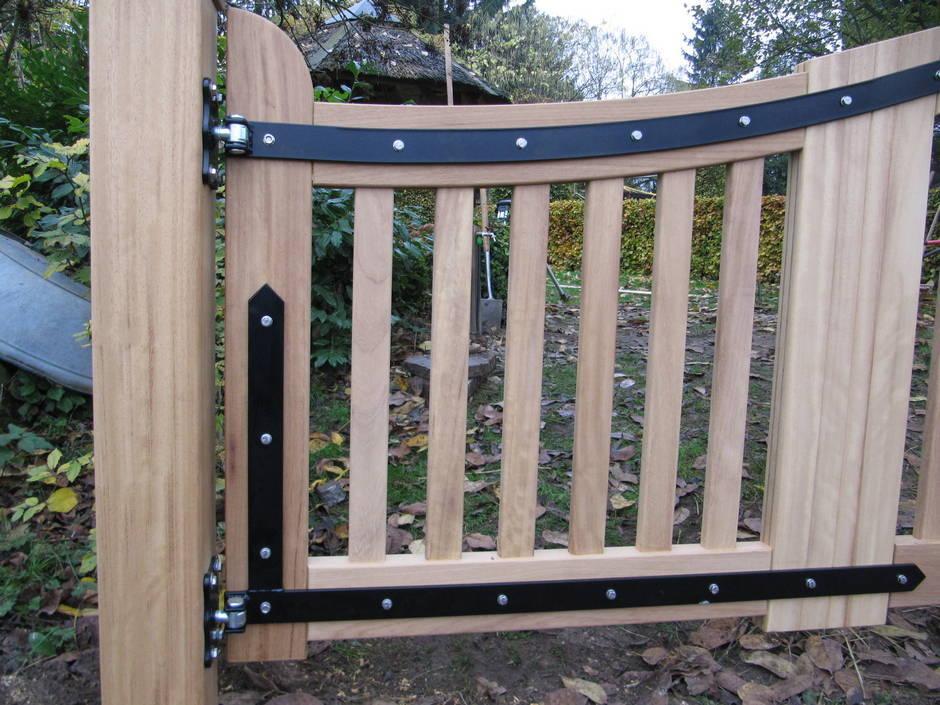 Farm Poorten werkt alleen met topkwaliteit beslag. Het smeedijzeren beslag wordt per poort of hek op maat gemaakt.
