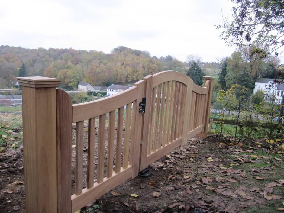 Landelijk hek van zeer duurzaam hout. Open houten hek met inrijpoort en toegangspoort - Farm Poorten.
