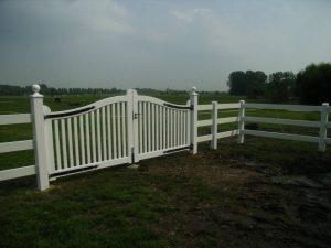 Hekwerk wit. Landelijk wit hekwerk met groot hek. Op maat gemaakt van zeer duurzaam hout en voorzien van smeedijzeren beslag.