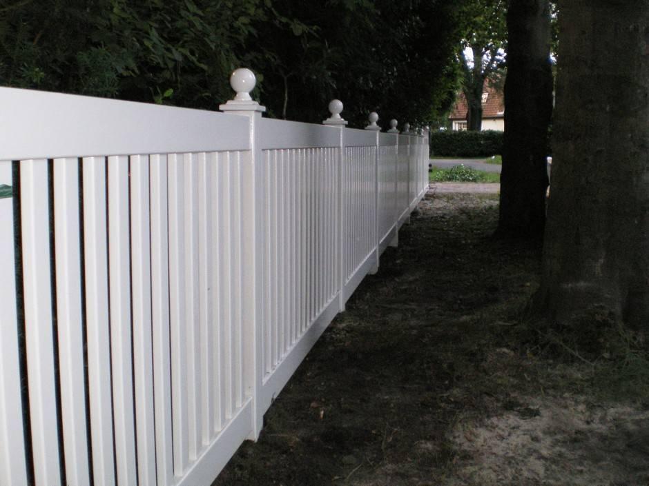 Hekwerk van hout. Wit. Op maat gemaakt van zeer duurzaam hout en voorzien van een topkwaliteit laklaag. Diverse kleuren mogelijk.