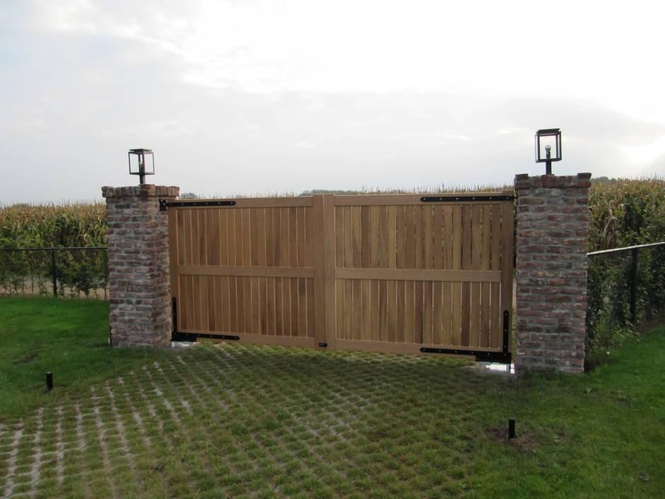 Dicht houten hek, inrijhek, toegangshek met ondergrondse hekopener, hek van Farm Poorten, houten poorten, op maat gemaakte elektrische poort.
