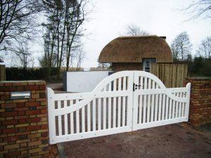 Houten hek - wit inrijhek / toegangshek - Farm Poorten