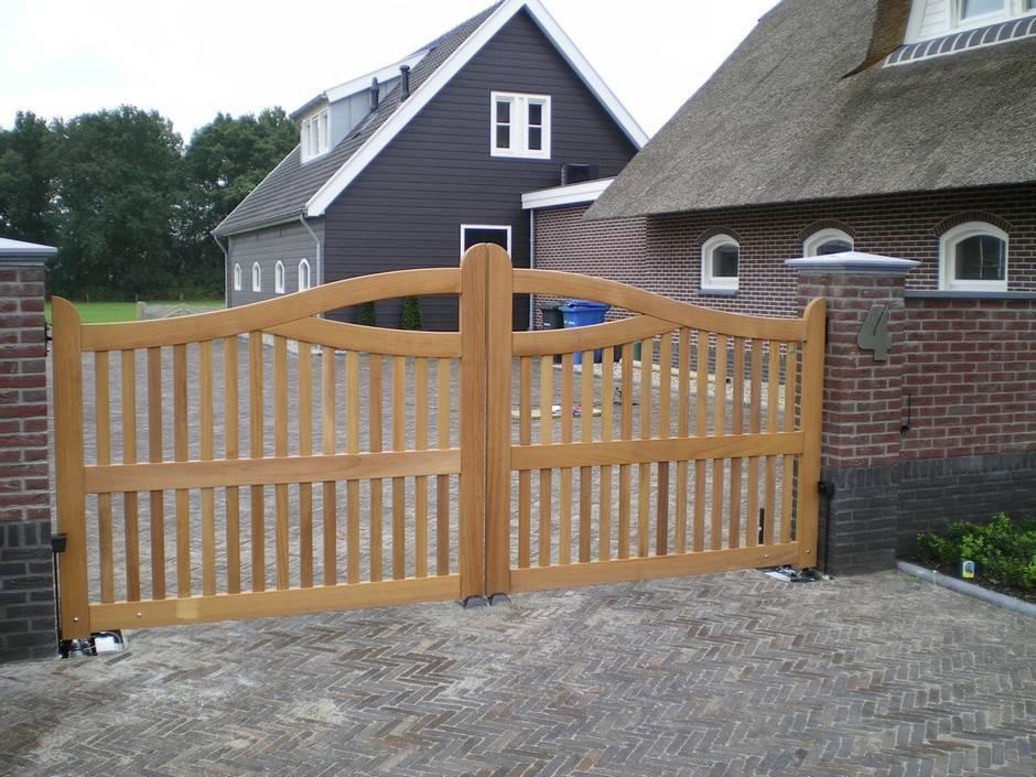 Houten hek van zeer duurzaam hout, landelijke uitstraling. Houten hek - Open houten inrijhek met ondergrondse hekopener en looppoort - Farm Poorten.