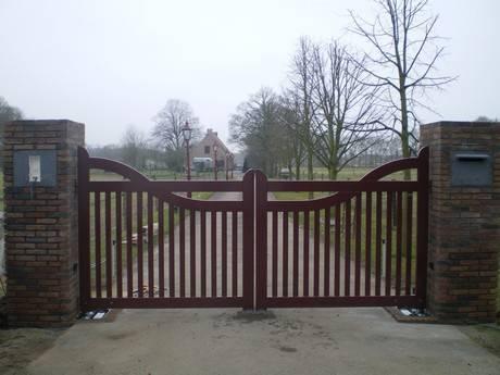 Elektrisch houten hek, landelijke stijl. en houten hek - bordeaux rood - Met ondergrondse hekopener - hek automatisering - Farm Poorten.