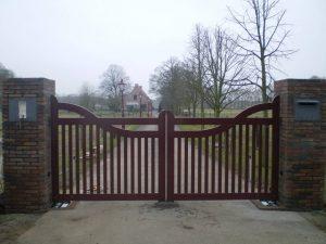 Open houten hek - bordeaux rood - Met ondergrondse hekopener - hek automatisering - Farm Poorten