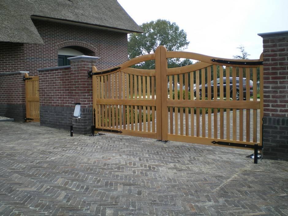 Houten hek - Open inrijhek - Toegangshek met looppoort en ondergrondse hekopener - hek automatisering - Farm Poorten