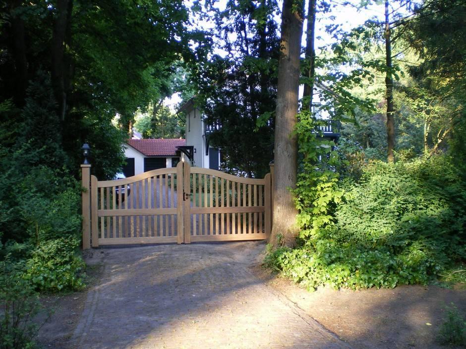 Houten hek - Open inrijhek / toegangshek - Farm Poorten. Houten inrijhek, open vorm. Maatwerk van zeer duurzaam hout en voorzien van op maat gemaakt smeedijzeren beslag.