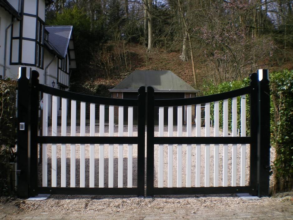 Automatisch hek. Voorzien van ondergrondse poortopener. Klassiek hek. Open inrijhek van zeer duurzaam hout. Topkwaliteit spuitwerk in twee kleuren, diverse lagen. Alle kleuren mogelijk.