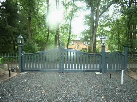 Groot landelijk hek, open design. Zeer duurzaam hout. Geautomatiseerd. Voorzien van topkwaliteit spuitverflagen en smeedijzeren beslag.