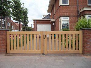 Houten hek, strak design. Duurzaam hout.