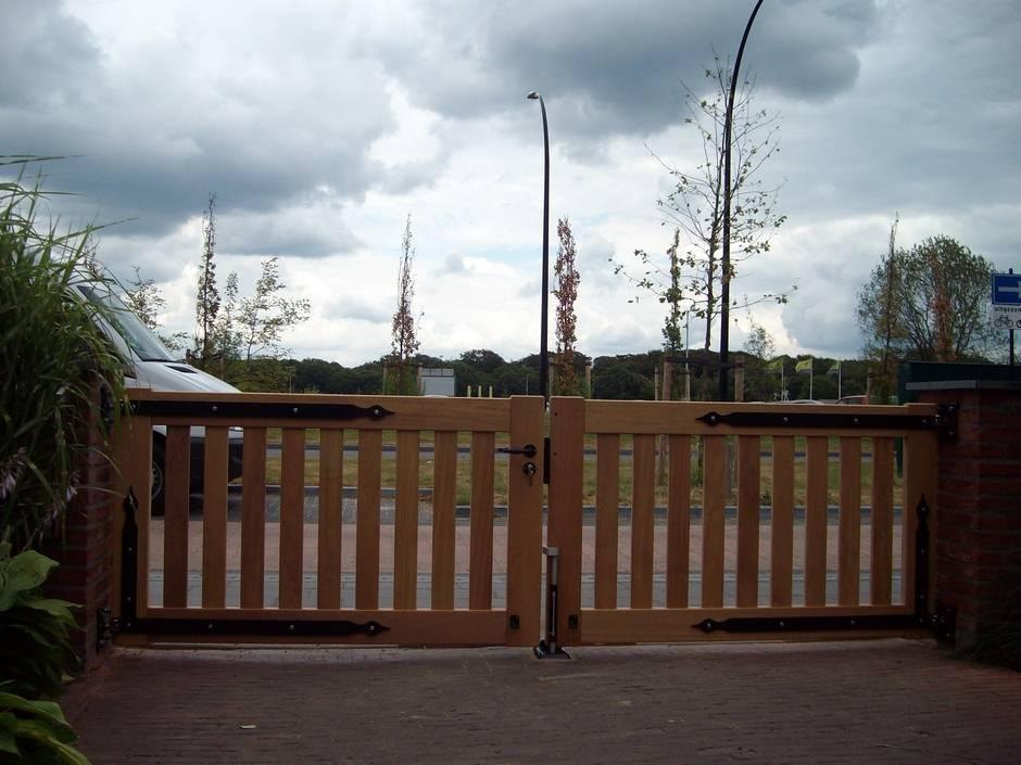 Maatwerk houten poort. Houten hek, strak design. Duurzaam hout.