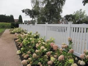 Tuinhek van zeer duurzaam hout. Wit. Topkwaliteit spuitwerk diverse lagen. Alle kleuren mogelijk.