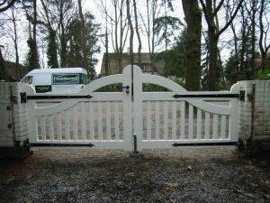 Witte houten poort van zeer duurzaam hout en voorzien van diverse lagen witte lak. Met smeedijzeren beslag.
