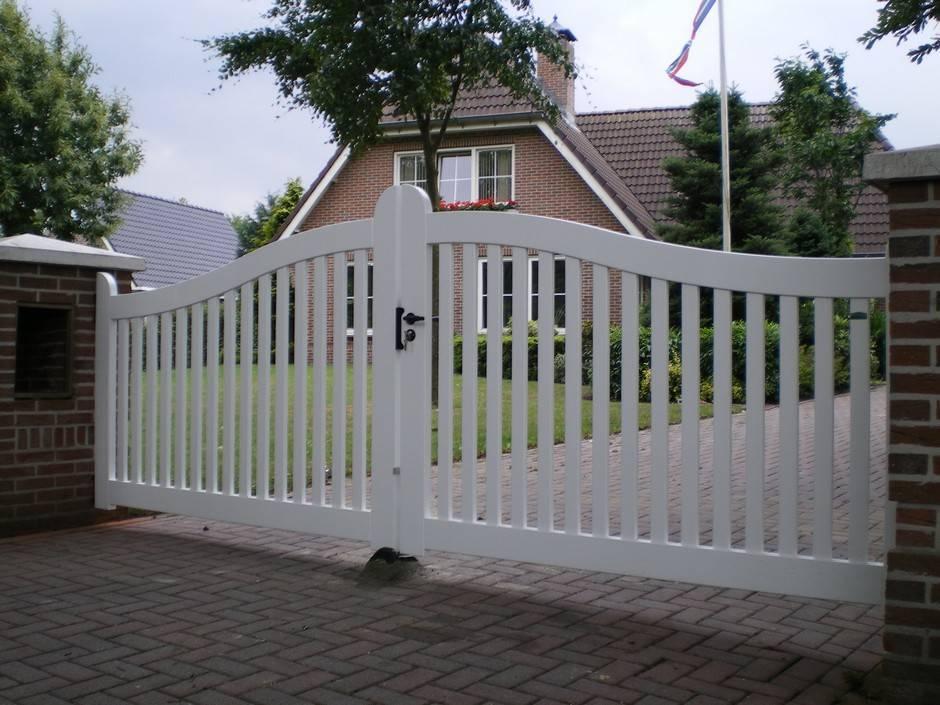 Witte inrijpoort van duurzaam hout en voorzien van topkwaliteit laklaag.