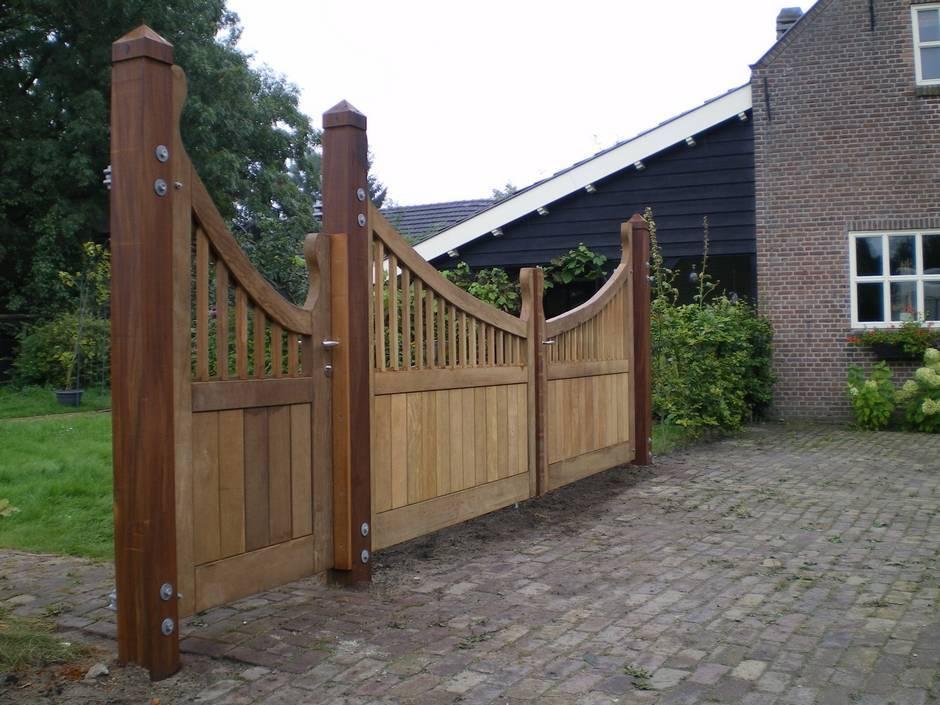 Landelijke houten poort met looppoort er naast. Maatwerk vakmanschap van Farm Poorten.