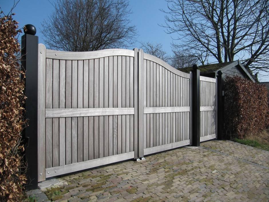 Dichte houten poort van zeer duurzaam hout. Voorzien van ondergrondse poortopener.