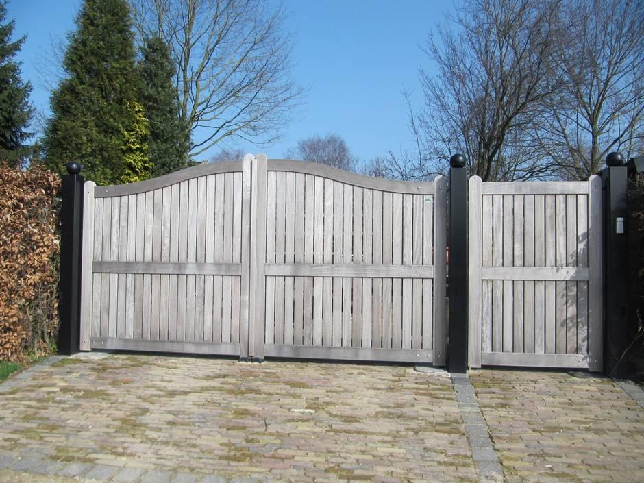 Grote houten poort, dicht model met looppoort. Automatische poort door ondergrondse poortopener. Dichte houten poort van zeer duurzaam hout.