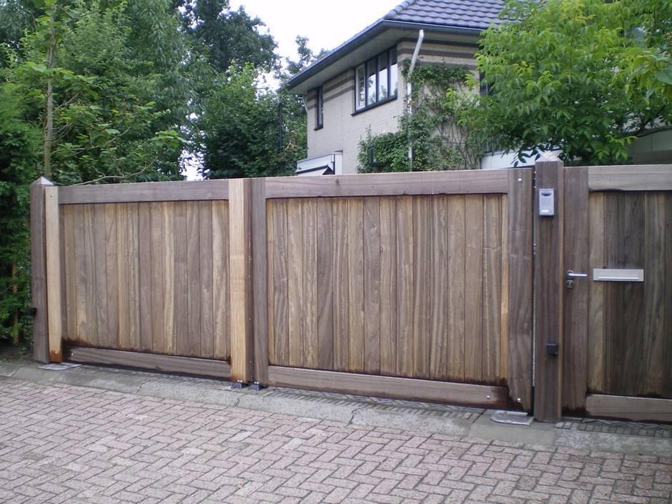 Dichte grote houten poort met looppoort er naast en voorzien van poortautomatisering. Houten poort - Dichte hardhouten inrijpoort met looppoort - Farm Poorten.