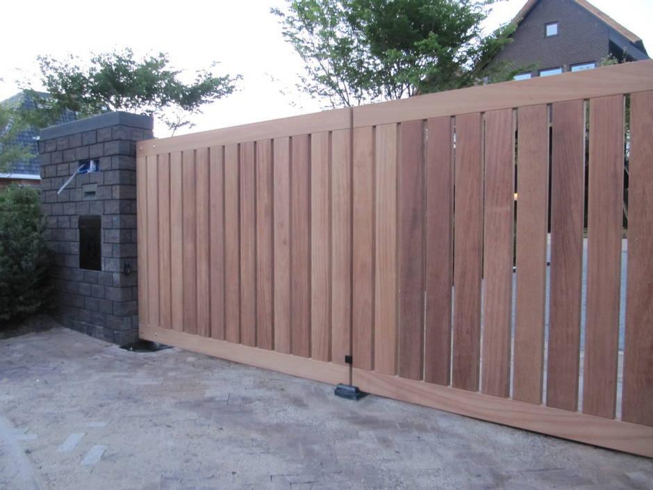 Strakke houten elektrische inrijpoort. Op maat gemaakt van zeer duurzaam hout. Houten dichte inrijpoort met ondergrondse poortopener - Farm Poorten.