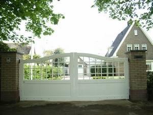 Maatwerk witte houten poort. Half open.