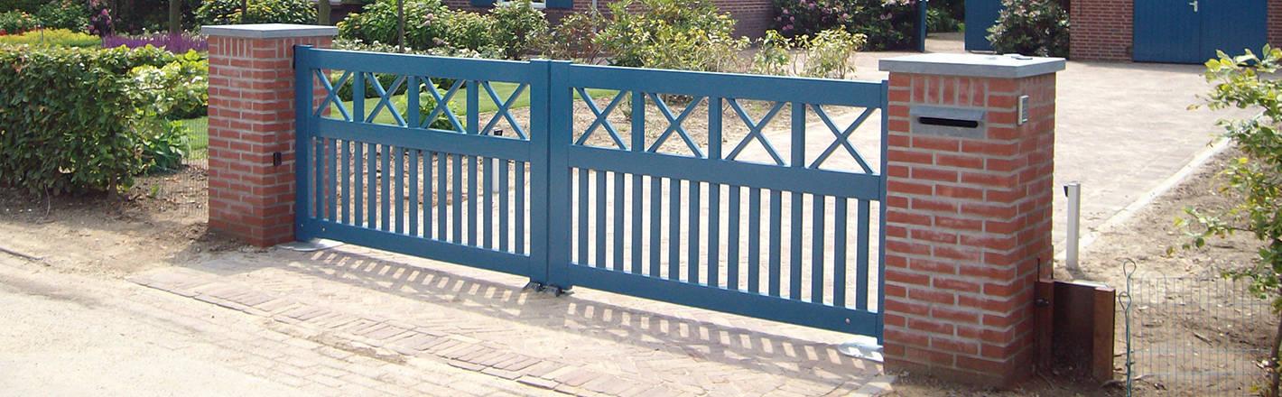 Blauwe, open poort van hardhout met ondergrondse poortopener - Farm Poorten