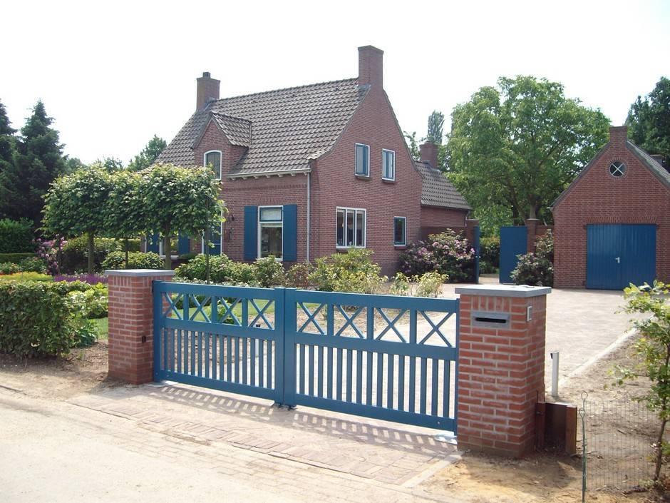Houten open poort (blauw) met ondergrondse-hekopener - Farm Poorten