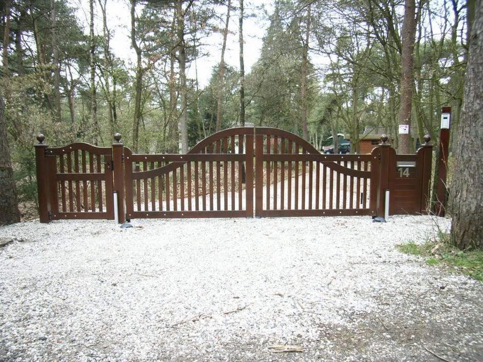 Grote houten poort met poortopener. Farm Poorten. Topkwaliteit materiaal en ambachtelijk vakmanschap.