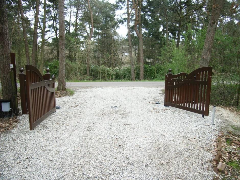 Grote houten poort. Zeer duurzaam verantwoord hout voor een zeer lange levensduur. Maatwerk van Farm Poorten.
