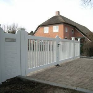 Grote houten poort met looppoort en brievenbus gedeelte. Zeer duurzaam hout voorzien van topkwaliteit laklaag wit. Alle kleuren mogelijk.